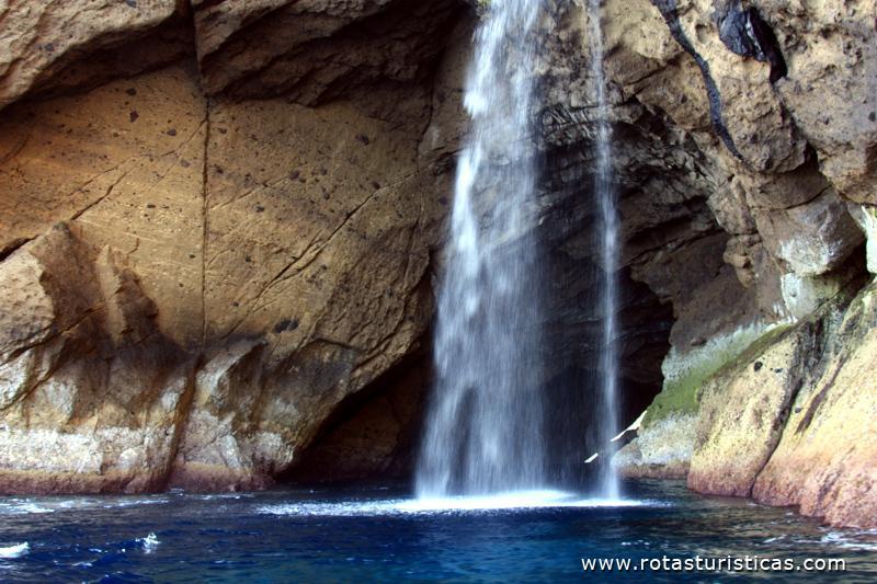 Cascata Na Gruta Do Galo Ilha Das Flores Santa Cruz Das